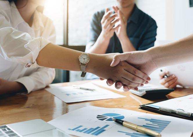 협업 파트너십을 체결하는 전문 악수